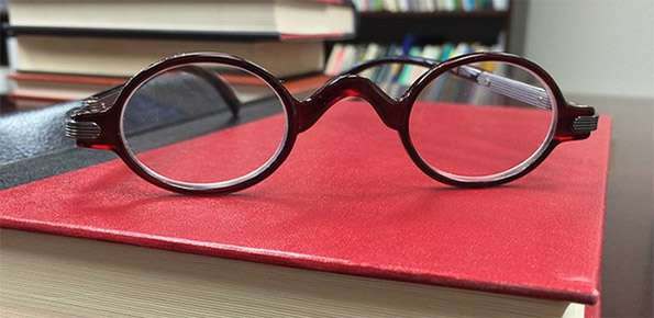 professionista libri occhiali