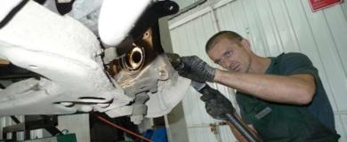 meccanico riparare auto